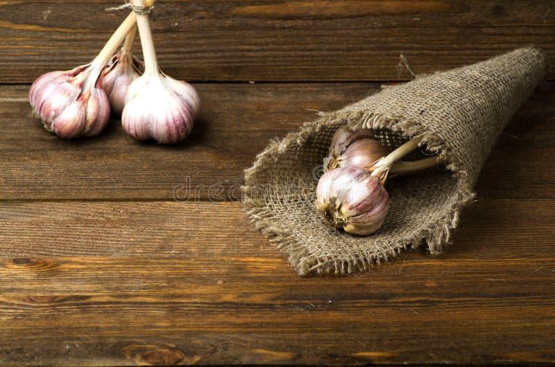 在一张木桌上的有机大蒜在背景中 库存照片