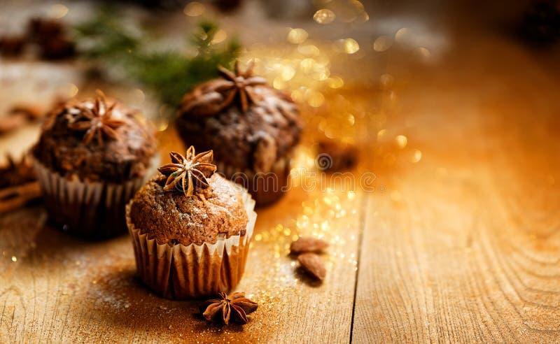 在一张木桌上的桂香和巧克力松饼 库存图片
