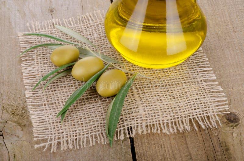 在一张木桌上的橄榄油 库存图片