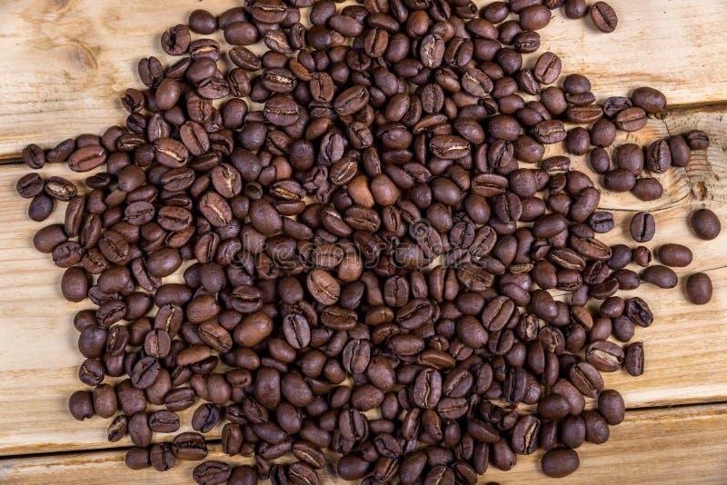 在一张木桌上的烤咖啡豆 库存照片