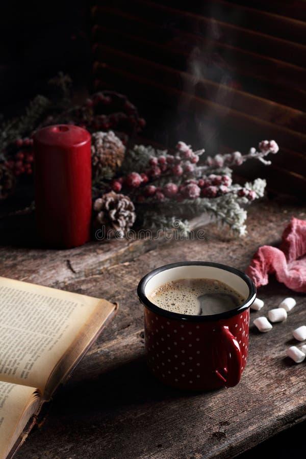 在一张木桌上的热的咖啡 库存照片