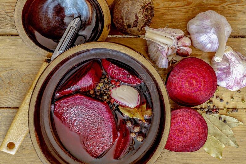 在一张木桌上的甜菜根 免版税图库摄影