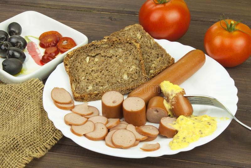 在一张木桌上的禽畜香肠,准备自创快餐 库存图片