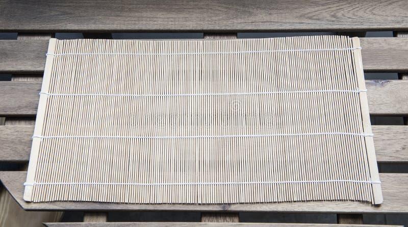 在一张木桌上的竹席子 库存照片