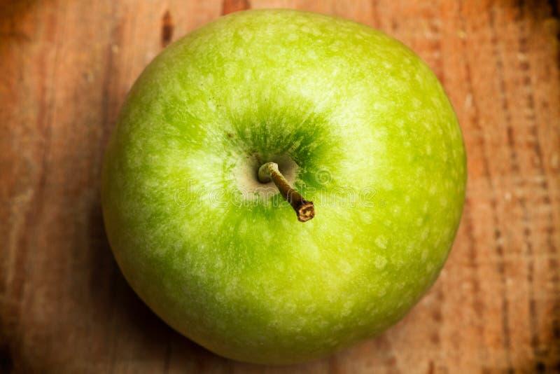 在一张木桌上的绿色苹果 库存图片