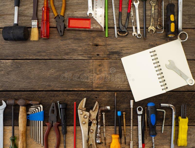 在一张木桌上的老工具 图库摄影