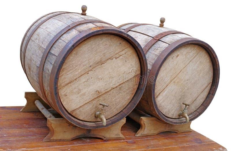 在一张木桌上的老橡木桶 免版税库存照片