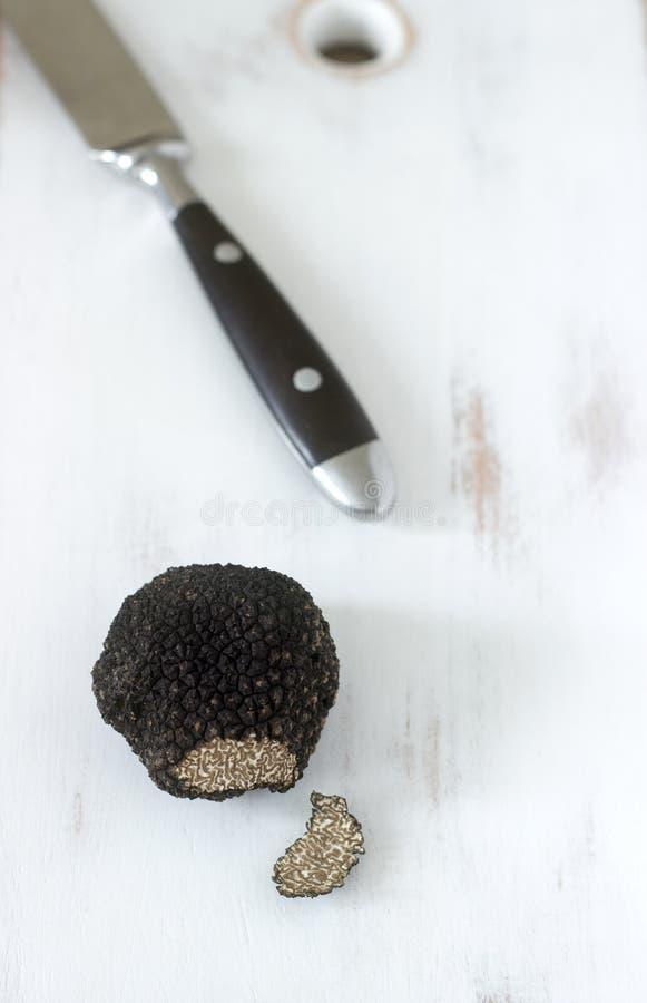 在一张木桌上的蘑菇黑块菌 找到在摩尔多瓦在2018年7月 免版税库存图片