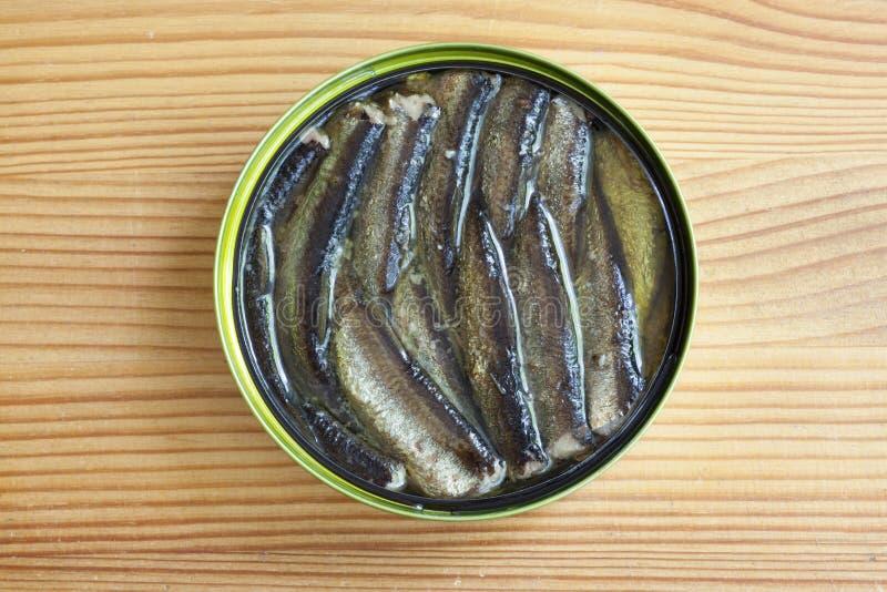 在一张木桌上的西鲱 免版税库存照片