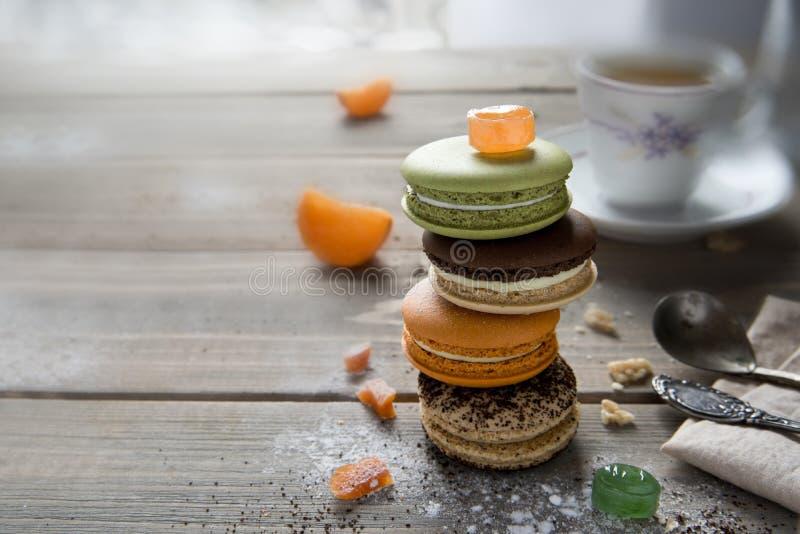 在一张木桌上的通心面多彩多姿的谎言与各种各样的成份,用杏干、蜜桔和甜点 免版税库存照片