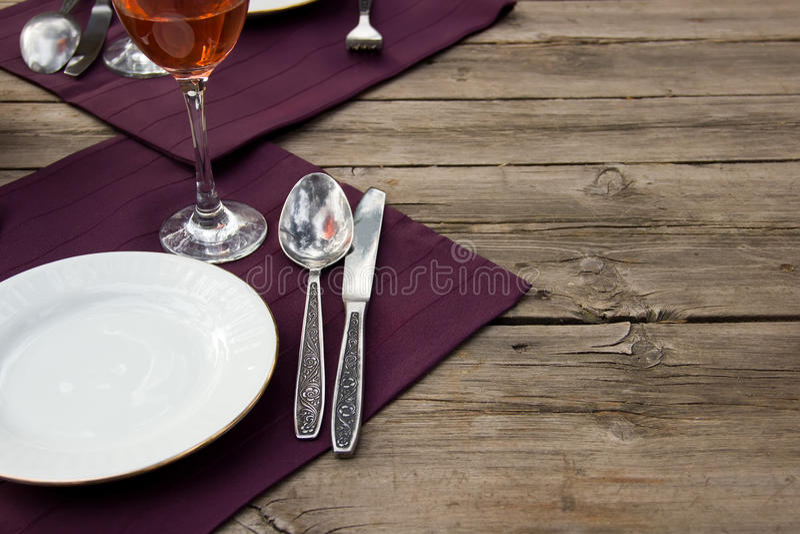 在一张木桌上的餐具与布料 库存照片
