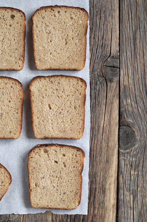 在一张木桌上的黑麦面包切片 库存照片