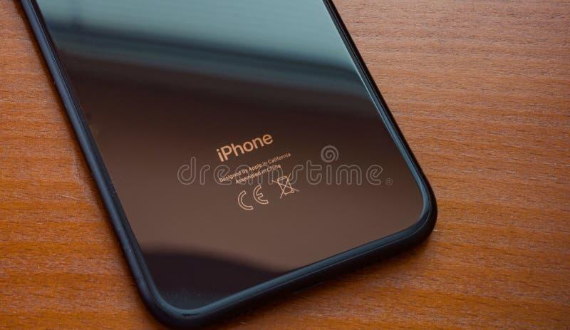 在一张木桌上的黑iPhone XR 库存图片
