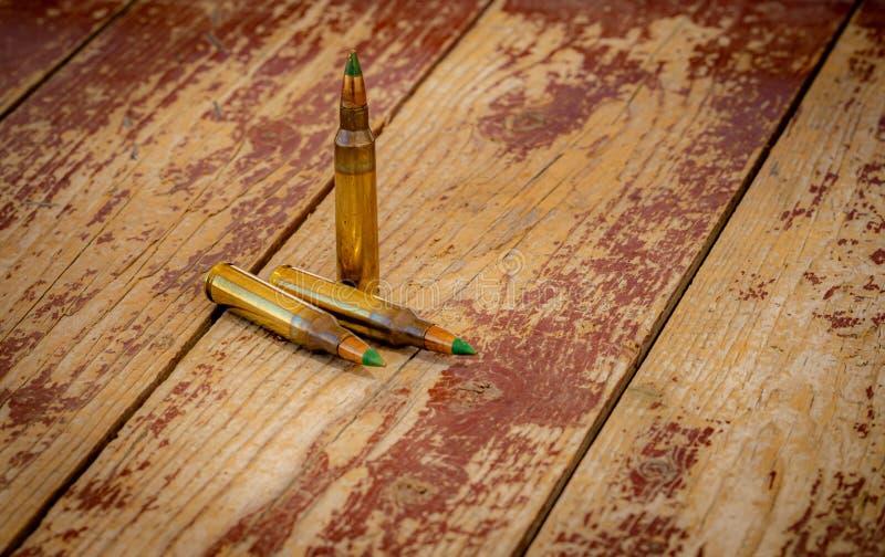 在一张木桌上的556枚北约子弹 库存照片