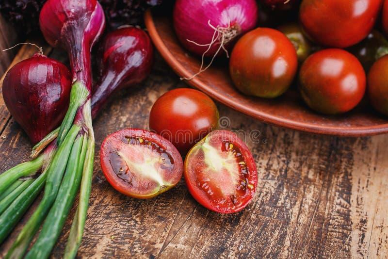 在一张木桌上说谎新鲜蔬菜 免版税库存照片