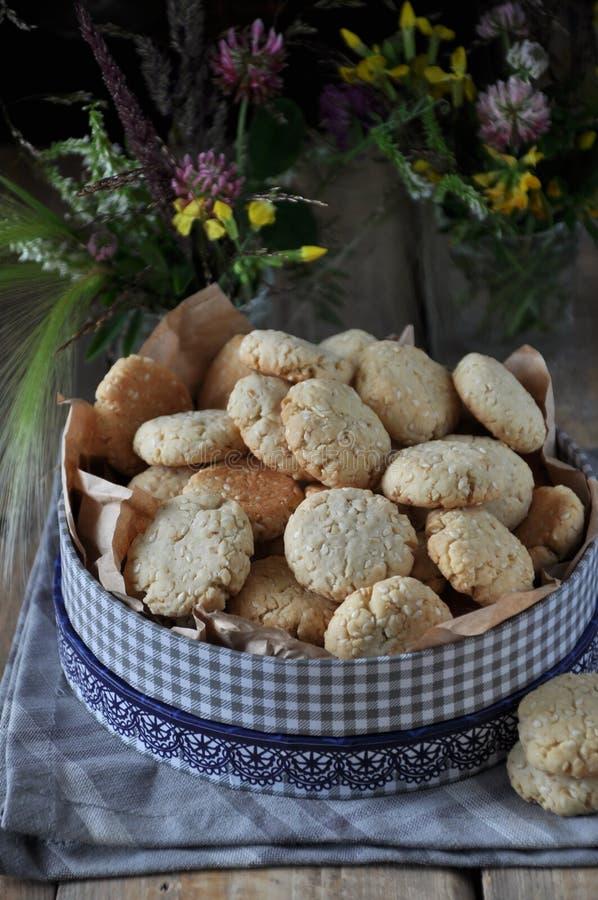 在一张木桌上,与芝麻籽的小圆的饼干 图库摄影