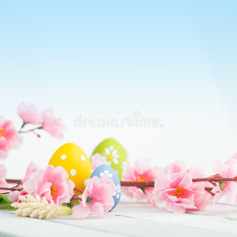 在一张木表的复活节彩蛋 库存图片