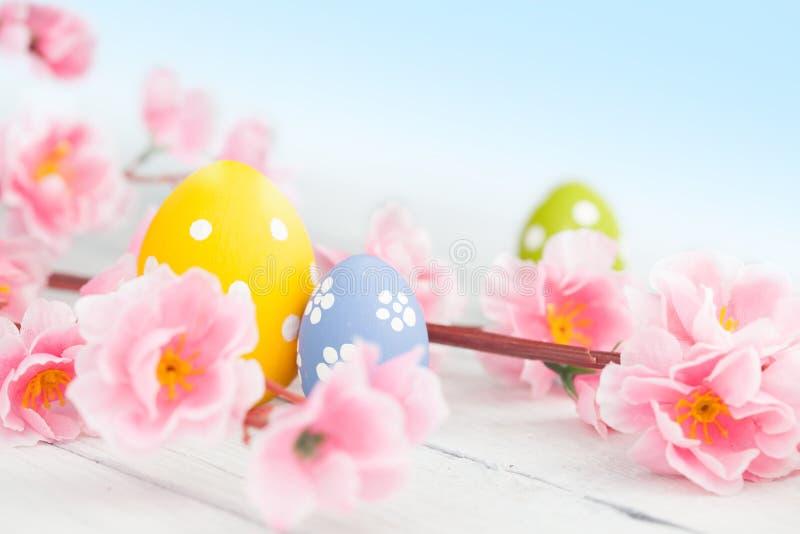 在一张木表的复活节彩蛋 库存照片