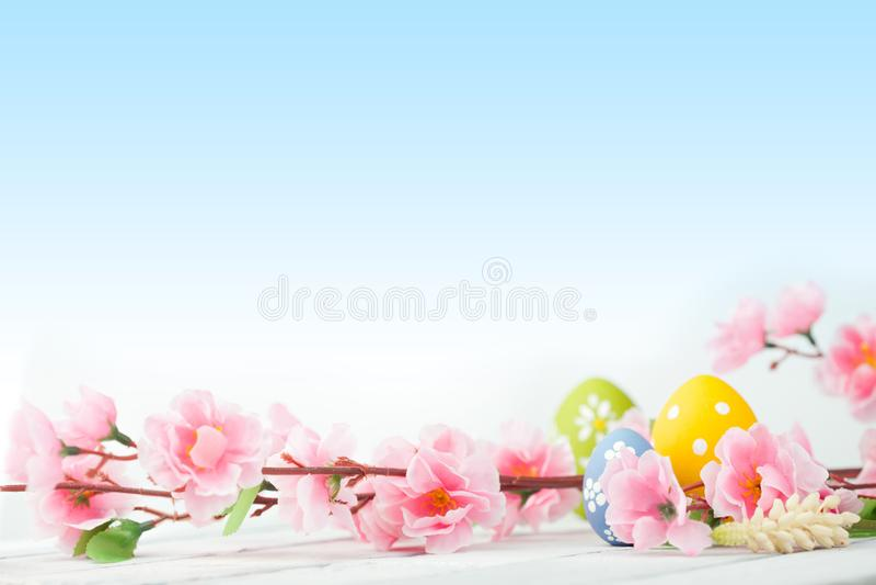 在一张木表的复活节彩蛋 免版税库存图片