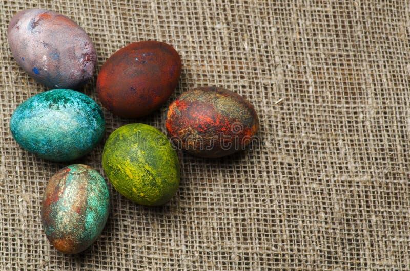 在一张木表的复活节彩蛋 免版税库存照片