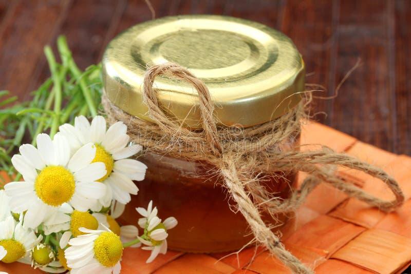在一张木表的蜂蜜 库存照片