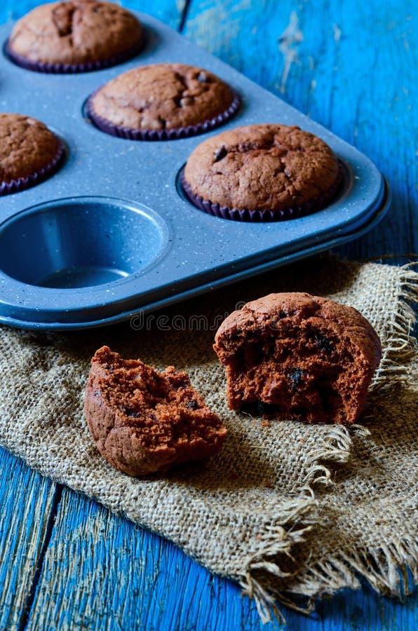 在一张桌上的巧克力碎片松饼在木背景 库存照片