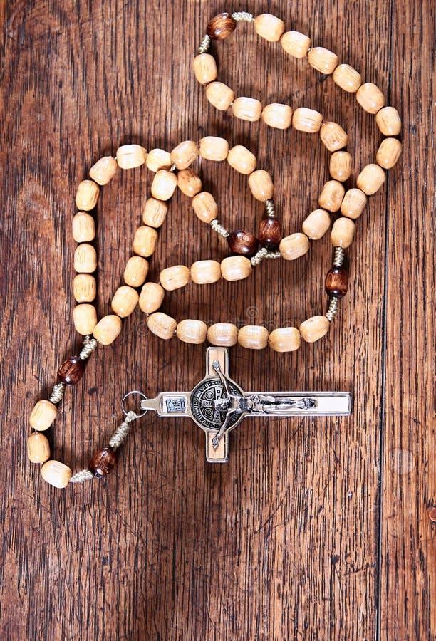 在一张桌上的念珠小珠在教会里 免版税库存照片