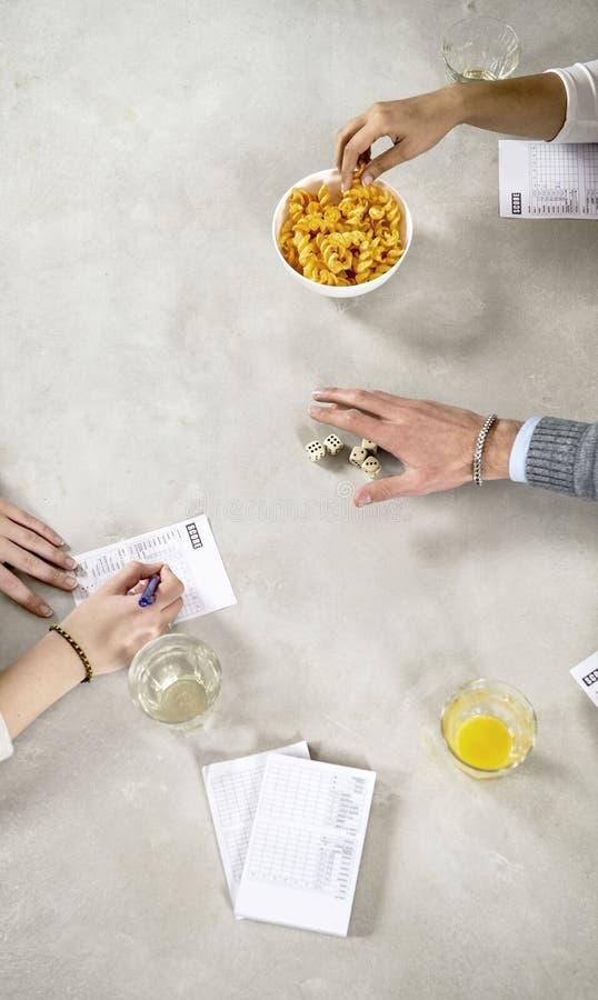 在一张桌上的手在模子期间一场社会比赛  库存图片