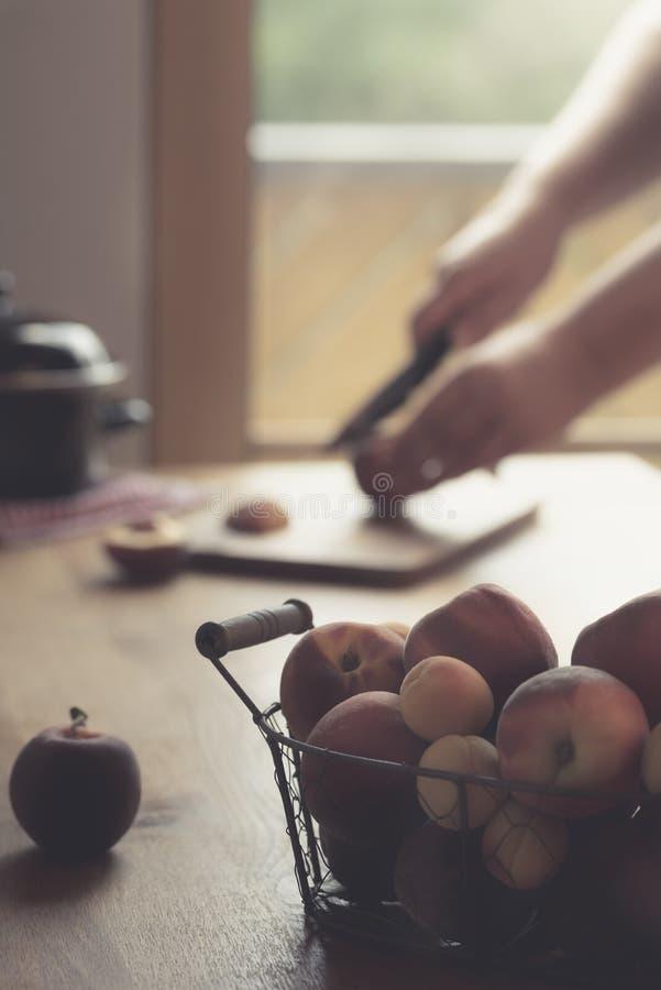 在一张桌上的新鲜水果篮子在自然光 库存图片