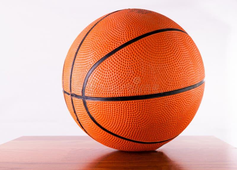 在一张桌上的篮球有白色背景 免版税库存图片