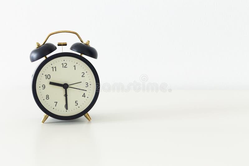 在一张桌上的闹钟身分与文本的室 库存照片