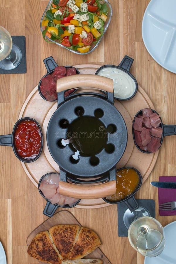 在一张桌上的顶视图用传统涮制菜肴 库存照片