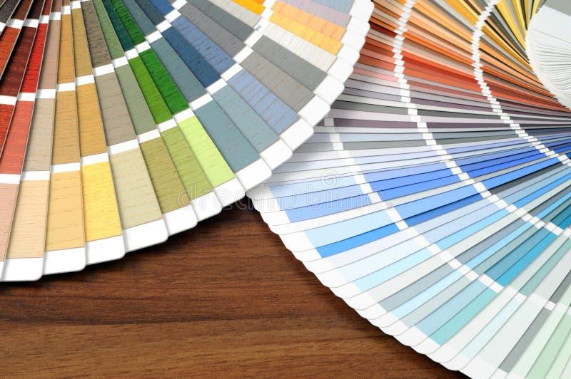 在一张桌上的颜色样片与 免版税图库摄影