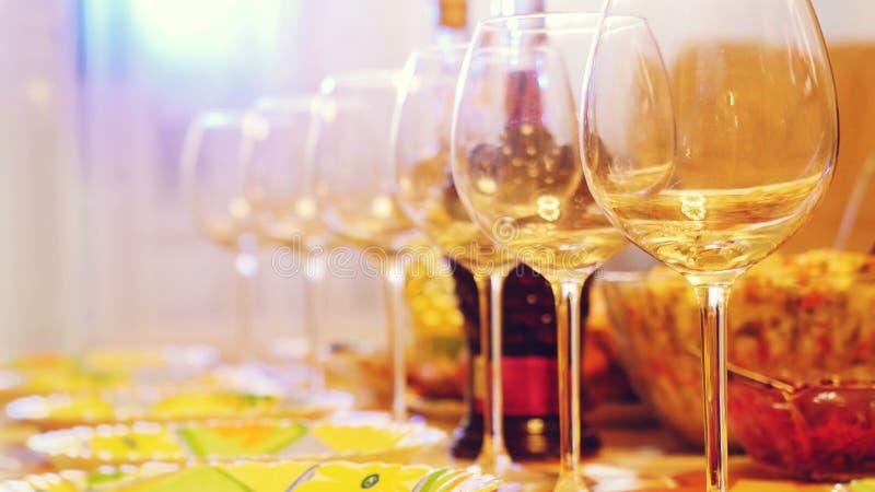 在一张桌上的玻璃玻璃在餐馆,宴会桌,杯酒演出照明设备 免版税库存照片