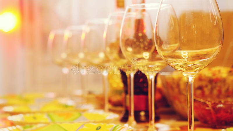在一张桌上的玻璃玻璃在餐馆,宴会桌,杯酒演出照明设备 图库摄影