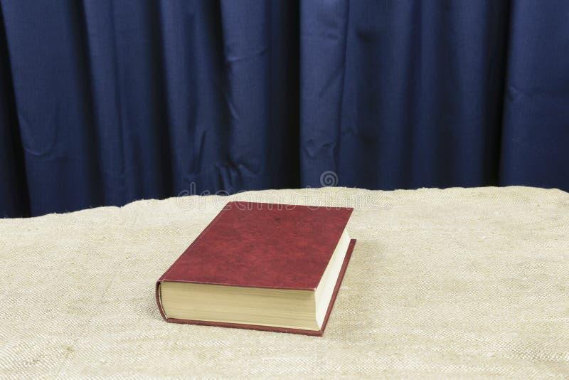 在一张灰色桌上的褐色书托 免版税图库摄影