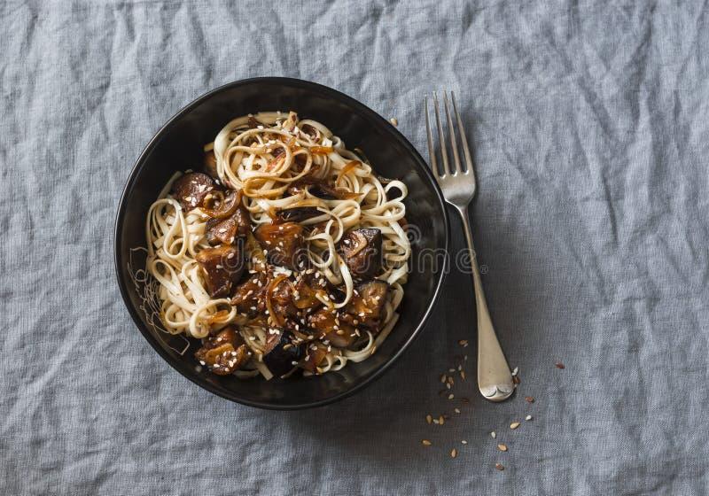 在一张灰色桌,顶视图上的甜大豆茄子乌龙面面条 在一个亚洲样式的可口素食午餐 库存照片