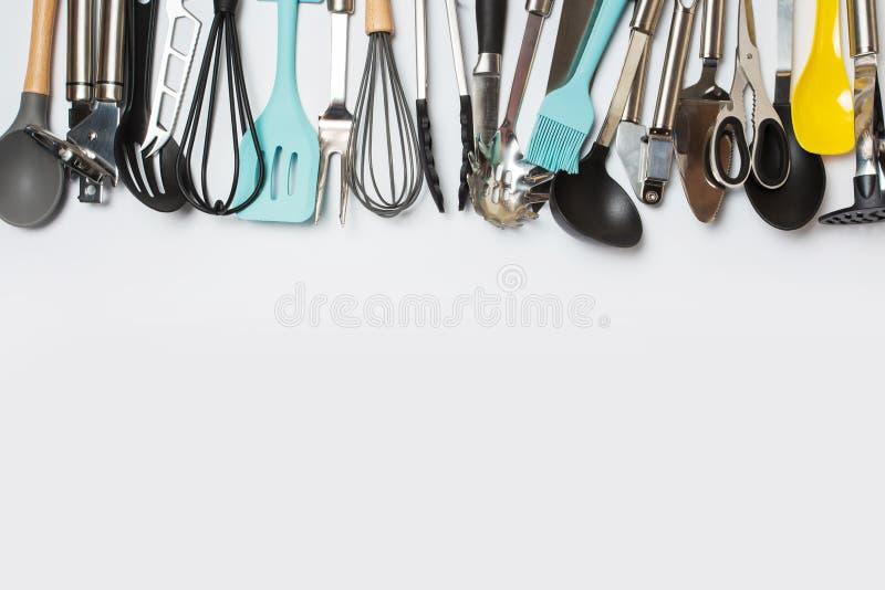 在一张灰色背景顶视图的另外厨具 r 图库摄影