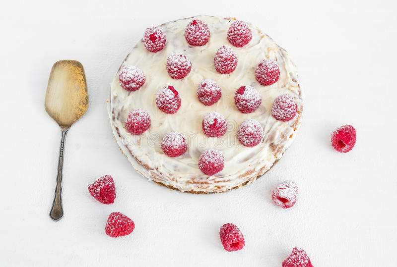 在一张白色书桌上的莓蛋糕 免版税库存图片
