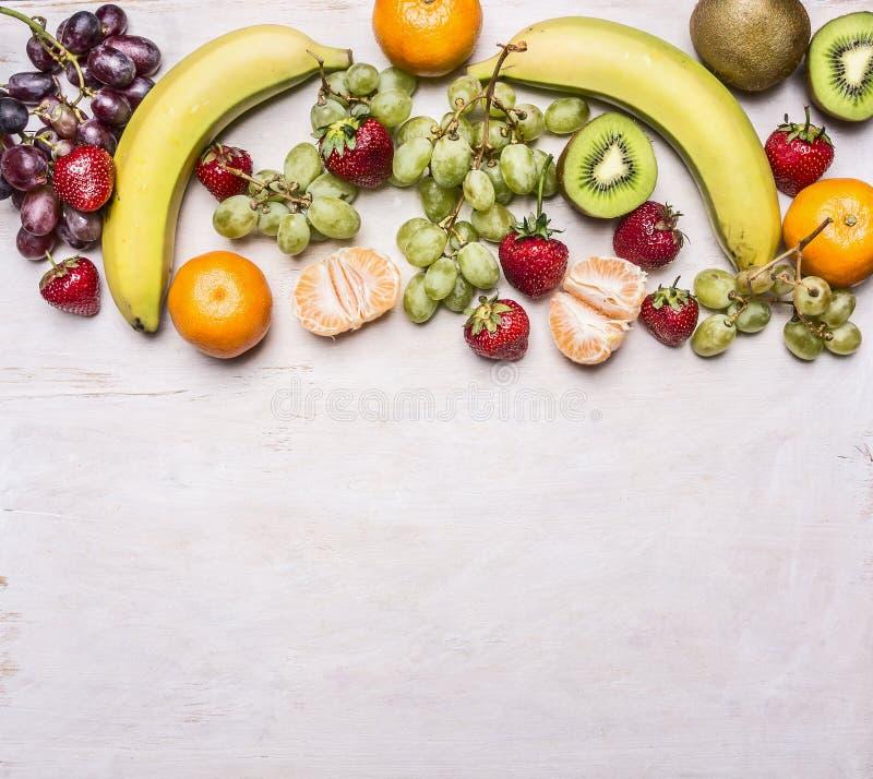 在一张白色土气背景顶视图Superfoods的一个边界计划的新鲜水果的可口分类和健康或者戒毒所死 库存照片