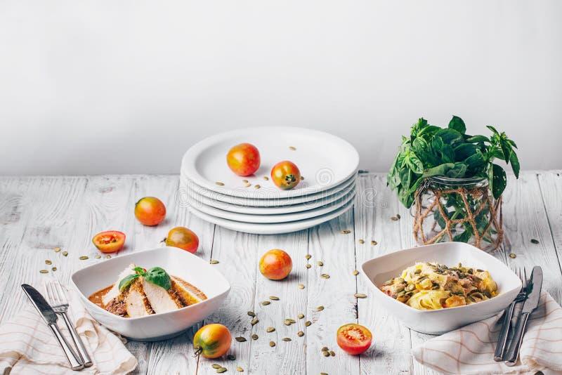 在一张白色桌上的可口开胃菜 种类可口早餐,在白色木背景的自由空间的分类 库存照片