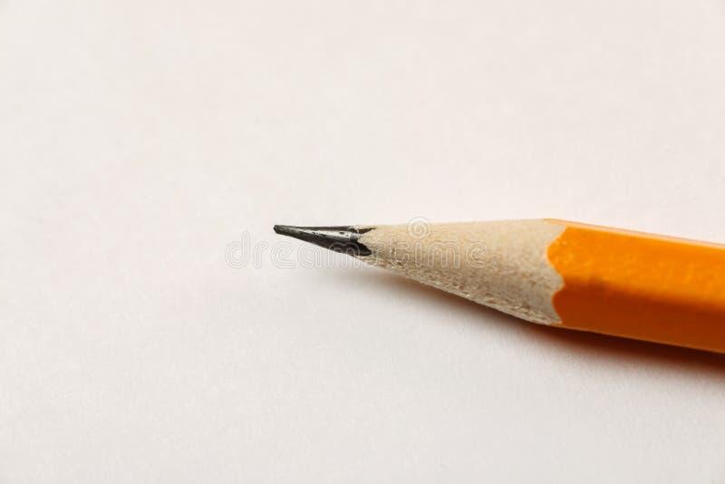 在一张白色空白的纸片的被削尖的铅笔,宏观射击 库存照片