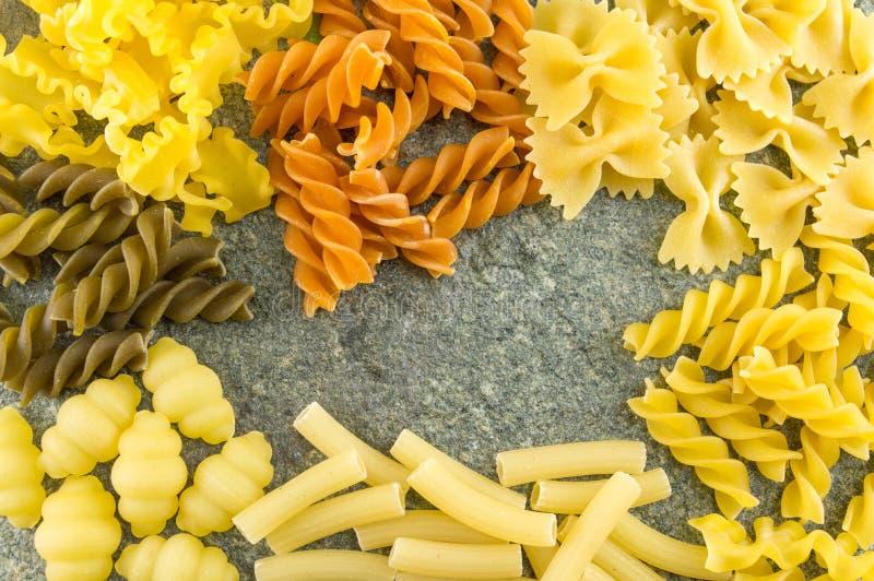 Download 在一张石桌上定购的面团混合 库存图片. 图片 包括有 意粉, 五颜六色, 意大利语, 背包, 收集, 干燥 - 72359847