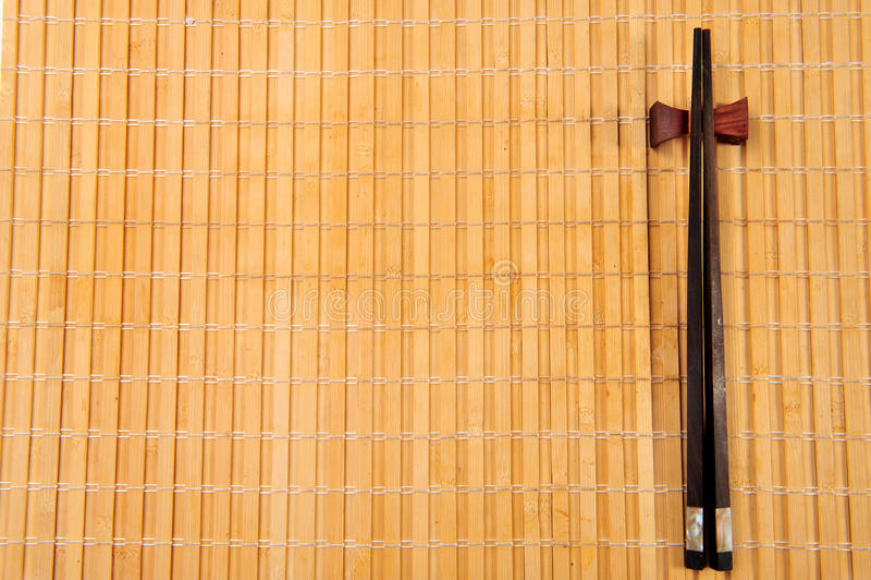在一张竹席子的筷子 免版税库存照片