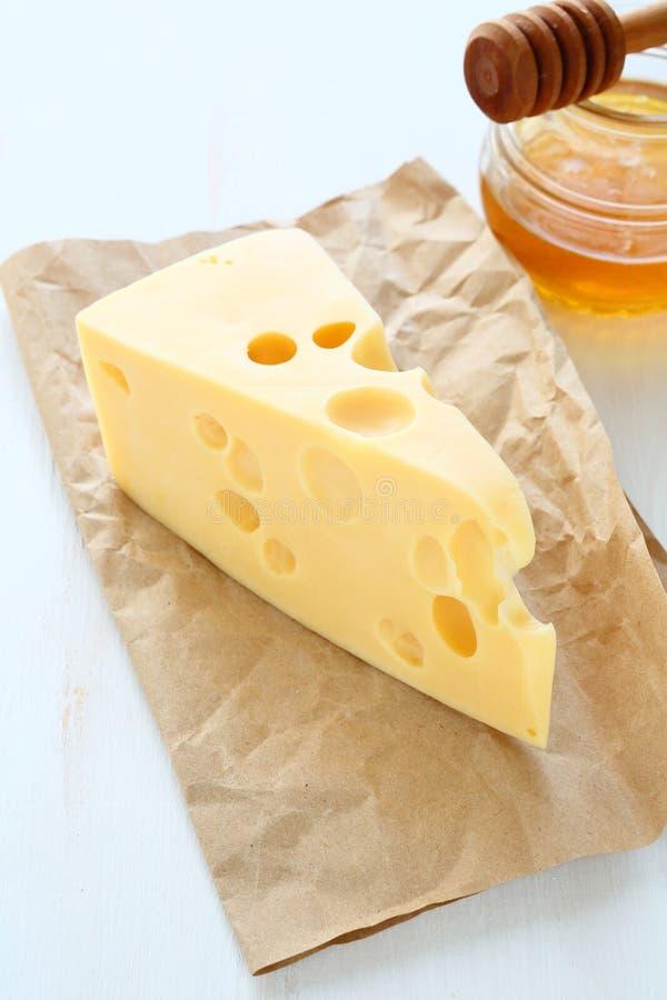 在一张纸的切达干酪用蜂蜜 库存图片