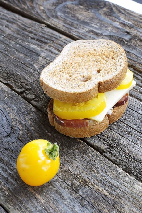 在一张老木桌上的三明治 免版税库存图片