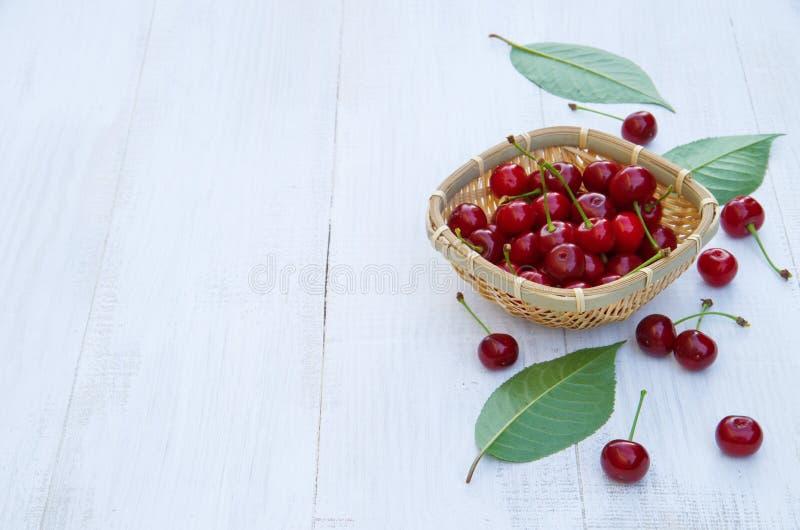 在一张老木桌上的成熟樱桃 库存照片