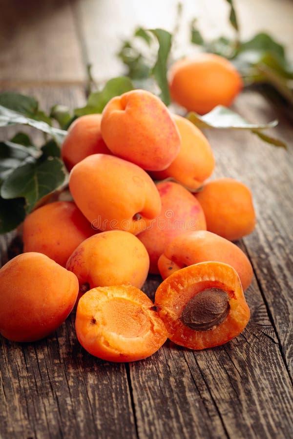 在一张老木桌上的新鲜的杏子 库存图片