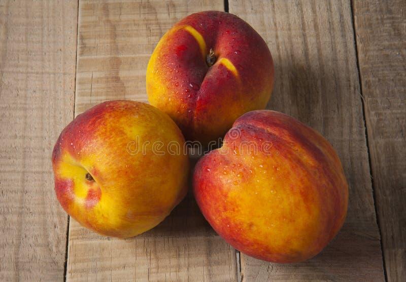 在一张老木桌上的桃子 免版税图库摄影