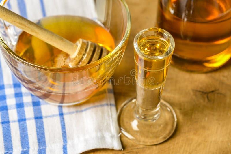 在一张老桌上的自创蜂蜜酒蜂蜜酒 库存图片